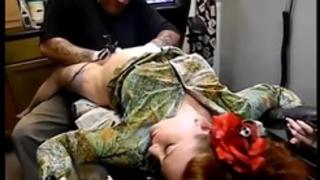 Gritando ao fazer tattoo