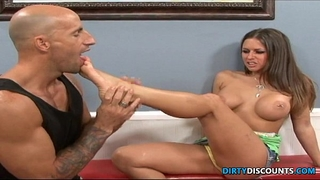 Amateur barefoot chick screwed and feet jizzed